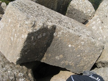 Крепость Нимрод. Обломки обнаруженные на крышах строений в районе северо-западной, западной башен крепости