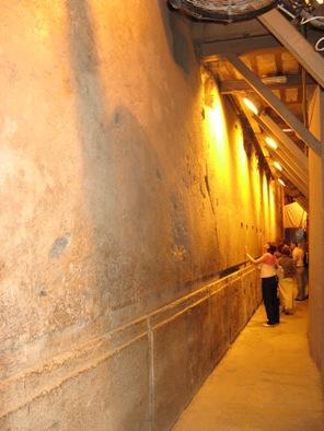 Иерусалим. Тоннель под западной стеной Храмовой Горы. Мегалиты, туннель... длинна блоков составляет 13 метров, глубина 4 метра, высота 3,5 метра, вес до 600 тонн