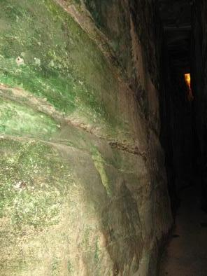 Иерусалим. Тоннель под западной стеной Храмовой Горы. Следы воды на стенах.