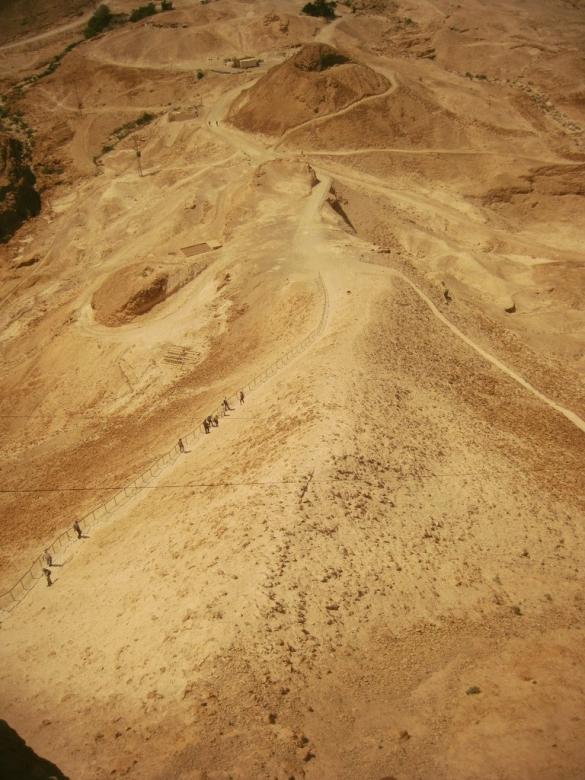 Крепость Массада. Остатки насыпи римлян.